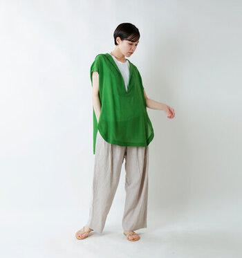 程よい透け感で絶妙な袖丈のグリーンのスキッパーブラウスに、白インナーをレイヤード。キナリカラーのワイドパンツを合わせて、ビビッドカラーの透けトップスをナチュラルな印象で着こなしています。