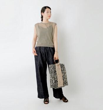 ノースリーブデザインが季節感たっぷりな、シアー素材のリネンブレンドベスト。黒のオールインワンの上にレイヤードして、大人っぽい重ね着スタイルに。ベーシックカラーの組み合わせで色味を合わせつつ、バッグの柄でアクセントをプラスして。
