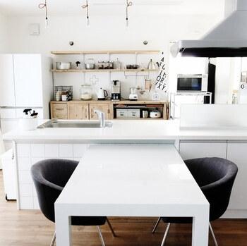 キッチンと隣り合わせのダイニングなら、カウンターとテーブルの色を揃えるのもおすすめです。清潔感あふれる白コーデも北欧風にまとまるおしゃれなスタイル。チェアの色がアクセントになります。