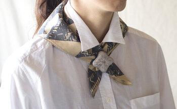 きれいな結び目を作るのが苦手な方はブローチをスカーフ留めに。スカーフの柄と雰囲気を合わせるのがポイントです。