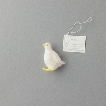 岩田千種さんが作られる鳥モチーフは、色や嘴のフォルムなどが本物に忠実に作られています。どことなく無邪気な表情で、今にも歩き出しそうなアヒルさんです。