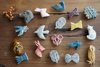 元々ロウソク作りをしていた望月優美さんによるブローチ。ロウソクと同じように、蝋を使って陶ブローチの最終原型を作っているのだそう。お花を運ぶ青い鳥、片方の靴、独特な空気を持つ動物たちなど、手にしたらメルヘンな世界へ連れていってくれそうでわくわくします。
