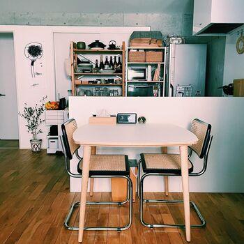 ダイニングテーブルをキッチンカウンターにぴったりと寄せれば、周囲の空間に余裕が生まれてすっきりした印象に。作った料理をすぐサーブできるので、おうちカフェのようなおもてなしを実現できます。