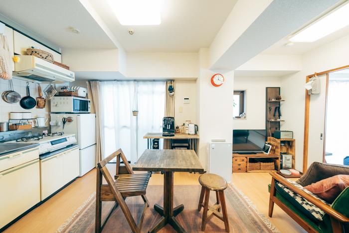 築年数の長いアパートや団地のキッチンには、使い込んだレトロなダイニングインテリアがぴったり。あえて違うデザインのチェアを並べると、カフェのような雰囲気にもなります。
