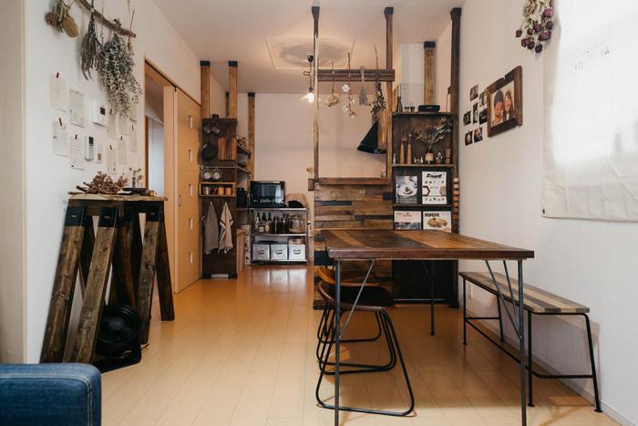こちらのダイニングテーブルやキッチンカウンターは、古材を使って手作りした物なのだそう。築年数の浅いマンションにも関わらず、味わい深いレトロ感にあふれています。ダイニングスペースはカウンターと同じ幅に配置すると、縦長の広い空間が生まれます。