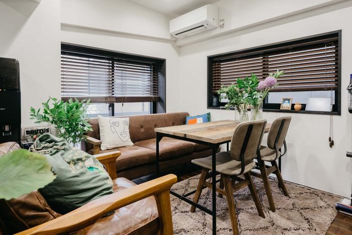 ゆったりした革張りのソファに古材のテーブルやチェアを合わせれば、リビングとダイニングを兼用した素敵なスペースに。ミックス感のあるインテリアコーデが、レトロであたたかい古民家カフェを思わせます。