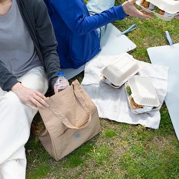大きめサイズのお弁当バッグは、日常使いはもちろん休日のちょっとしたピクニックやお買い物などにも使えて便利です。
