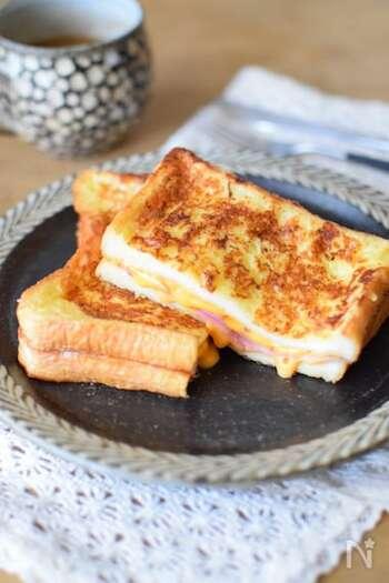 実はフレンチトーストは卵や牛乳も摂れる優秀朝ごはんです。はちみつやメープルシロップでいただくのもいいのですが、ハムとチーズをはさんで甘いとしょっぱいの組合せを楽しんでみては? 8枚切りの食パンを使うと卵液の染みこみが早く時短になります。