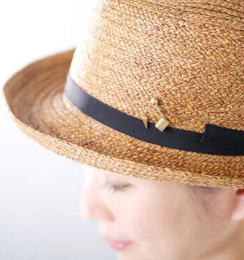 ストローハットとブローチの相性はピッタリ。カンカン帽や女優帽に布花ブローチを付けるのもおすすめです。