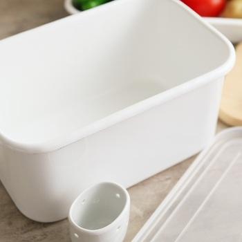 琺瑯は鋼をガラス質の釉薬がコーティングしているので、ガラスのなめらかな質感と金属の堅牢性と併せ持った見た目も美しいアイテムです。さらに琺瑯の嬉しいところはニオイ移りがしないこと。なのでぬか漬けを入れる容器に最適で、他にも熱や水に強く、食器洗い機やオーブン使用もOKなど、実用的なのでぬか漬けの容器以外にも使い道もたくさん。