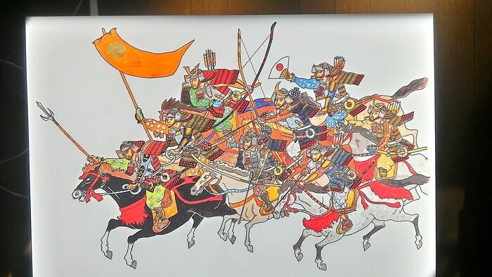 細かな模様まで一つ一つ書き込まれた鎧武者の画。戦いに向かう一団が小気味良く描かれているのにどこか柔らかな印象を受けるのは、色鉛筆だからこそかもしれません。