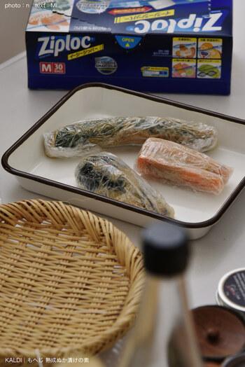 その後、野菜全体をぬかで覆うようにしながらラップでくるむだけ。冷蔵庫に入れて一晩置くだけで翌朝にはおいしいぬか漬けの完成です。