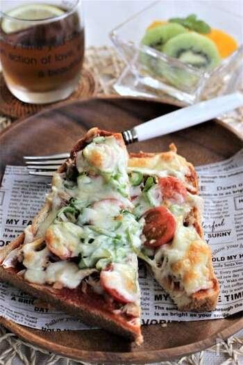 ピザソースがなくても大丈夫! トマトケチャップを使って美味しいピザトーストを作ることができます。トロトロのチーズが香ばしく、食べたくなること間違いありません。野菜も一緒に摂れるのでお母さんも安心なメニューです。