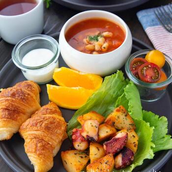 子供の好物を朝ごはんに用意してあげるのもいいでしょう。食事において組み合わせや栄養も大切ですが、食べてもらえないことには始まりません。ワンプレートの一番手前に大好きなものを用意して自ら食べる導線をひきましょう。