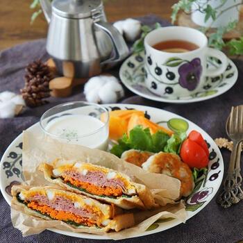 何でも挟めるホットサンドは朝ごはんの心強い味方です。カリカリに焼けた耳まで美味しくいただけます。大きめのお皿にスープやフルーツも一緒に盛り付けると見た目も華やかで子供のテンションもアップ!