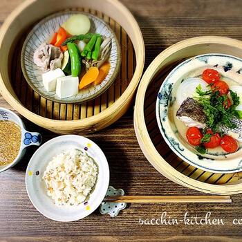 野菜も肉も魚も全部ひとつのお皿にのせてあとは蒸し器にお任せ。蒸している間はほかの作業が進められるのもうれしいですね。ポン酢をつけながら食べてもいいですし、ドレッシングやごまだれもよく合います。