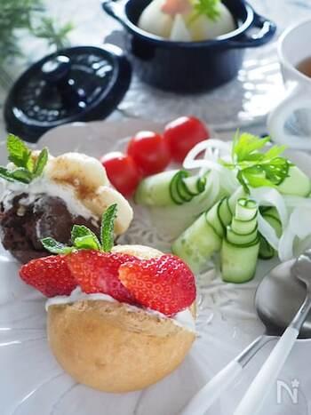 人気のフルーツサンドは生クリームを使わずに水切りヨーグルトを使うことで脂質をカット。朝のおなかにも優しく仕上がります。ヨーグルトから出る水分、ホエーはスープやお料理に使ってみて。