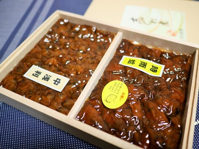 「日本橋貝新」は人形町駅から歩いて10分ほどの場所にある佃煮店。130年前の創業当時から、変わらない製法で佃煮としぐれ煮を作り続けています。三越前駅からもアクセスしやすいので、お仕事やお買い物の合間に立ち寄ってみてはいかがでしょうか?