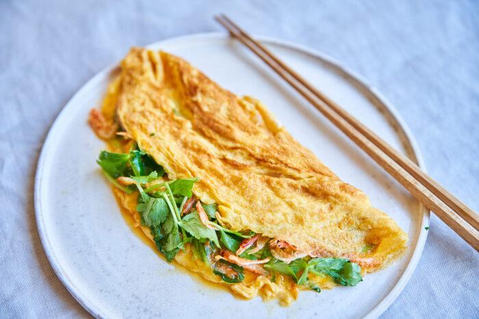 ごはんとお味噌汁があればおかずは簡単で大丈夫。朝ごはんには定番の卵焼きも巻かずにおるだけなので短時間でできます。中身はなくてもいいし、火の通りやすい桜エビやのりなどの乾物、葉野菜などを選べば時間をかけずに栄養価をアップできますよ。