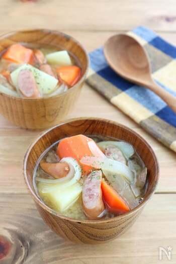 具だくさんのみそスープはいかが?  大きめにカットした野菜は食べ応えも十分。具材をごま油で炒めてから煮込むことで、コクのある美味しい味に仕上がるそう。みそは沸騰させると風味がとんで塩気が強くなるので、火加減に注意して。ご飯と合わせれば、大満足の一品です。