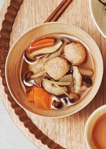 生姜のきいた鶏団子とごろごろ野菜が入ったボリューム満点の一品。数種類のお好きなキノコを加えてうま味もアップ!仕上げに千切り生姜を加えると、より風味が増してまた違った食感が楽しめます。ポカポカ温まりますよ。
