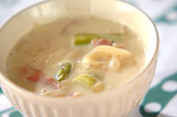 相性のよい豆乳とみそを合わせたスープです。ベーコンのうま味と和風のスープが相まってコク深い味わいに。イソフラボンが豊富な豆乳をたっぷり使っているので、女性にもうれしい一品ですね。よりボリューム感が欲しいときは、じゃがいもを加えても楽しめますよ。