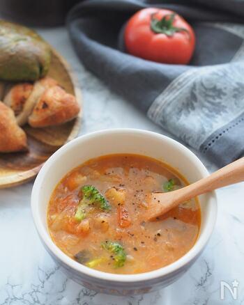 フレッシュトマトを使った、コンソメベースの野菜スープです。フレッシュトマトを使うことで、すっきりと爽やかな味わいが楽しめます。たくさんの野菜が入ったうま味たっぷりのスープはパンにも合いますよ。余った野菜の活用にもおすすめです。