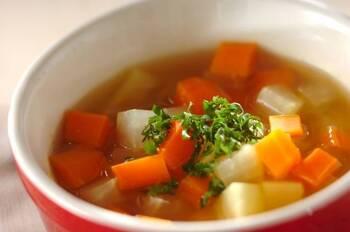 暑い日にもピッタリ♪カレーベースの野菜スープです。サイコロ型に切ったゴロゴロ野菜を鍋でぐつぐつ煮込むだけ。ご飯にもパンにも合いますよ。仕上げにパセリを添えれば彩りもバッチリです。
