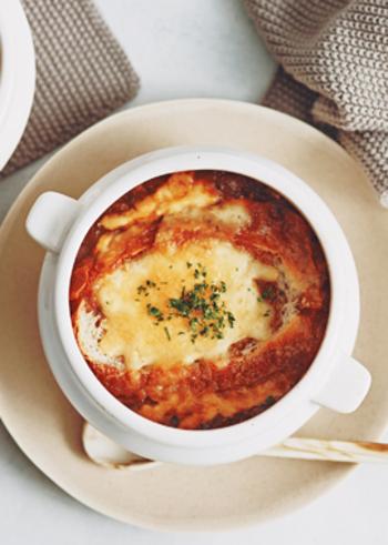 玉ねぎのうま味がたっぷり味わえる、オニオングラタンスープです。ポイントは玉ねぎをあめ色になるまでしっかり炒めること!甘みがぐっと増してよりおいしくなるのだそう。ひと手間かけて作るスープは絶品ですよ。ぜひアツアツを召し上がれ。