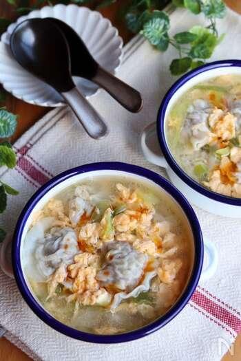手作り餃子のスープはいかが?生姜をきかせた肉餡をたっぷり皮で包みます。鶏ガラベースのスープに卵をふんわりと回し入れてやさしい味に。ご飯の上にかけてもおいしそう。食べ応え充分な一品をぜひお試しあれ。