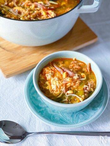 韓国の粉末調味料「ダシダ」を使ったユッケジャンスープです。辛みを抑えてマイルドな味に仕上げています。牛肉に下味をつけておくことで、スープにしても味がぼやけず、うま味が凝縮された味に。きのこを加えてもおいしそう。ダシダがないときは中華だしの素や鶏ガラスープの素で代用してみて。
