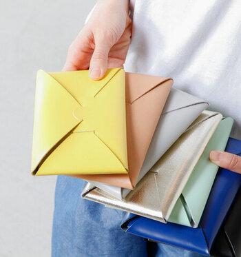 ロングタイプは、封筒のようなちょっとユニークな風貌。通帳やパスポートも収納できるので、使い勝手も抜群です♪