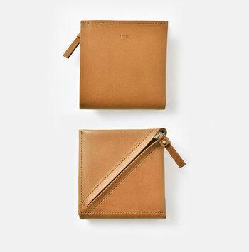 """""""made in Japanのものづくり""""にこだわった革小物を作る「i ro se(イロセ)」の財布は、とても柔らかな使い心地。こちらは、小銭入れが裏側についているユニークなデザインになっています。"""
