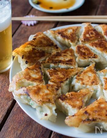 棒餃子より立体的に包める三角形。肉汁がこぼれにくいので、ジューシーなタネのときはこちらが向いているかもしれません。餃子パーティーで包むステップを簡略しながら楽しみたい、というときにもおすすめです。