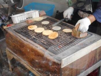 備長炭で一枚ずつ焼き上げる煎餅は、香ばしさが格別。落語家の三代目桂三木助師匠や歌舞伎役者の十七世中村勘三郎などにも愛された味です。