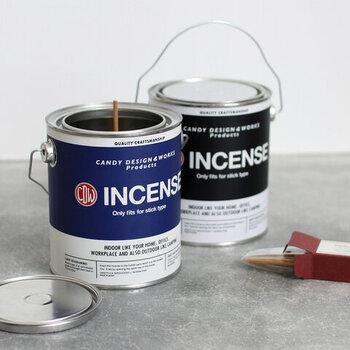 ペンキ缶のようなデザインが、とってもユニークなお香立て。底にマグネットで固定するスタンドが付いているので、スティックタイプのお香を立てて使用します。しっかりと深さがあるので、灰がこぼれにくいのも魅力のひとつ。使わないときでもインテリア感覚で飾っておけるのがいいですね。