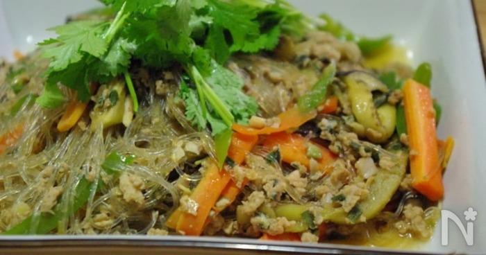 同じ中華系で、こちらはごはんのおかずにぴったりのアレンジレシピです。餃子の他にご飯が進むおかずも欲しい、というときにタネを取り分けて作ってもいいかもしれません。