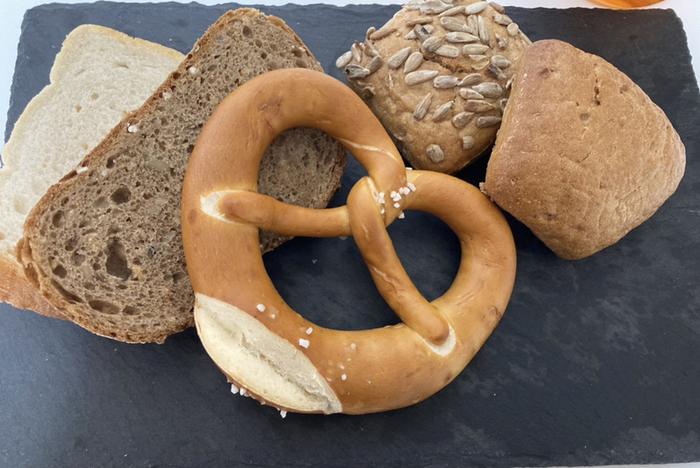 もっちりとした食感とユニークな形が特徴の「ブレッツェル」をはじめ、雑穀が入ったものやライ麦入りのものまでさまざまなドイツパンがそろっています。本場では、バターやはちみつを塗ったりチーズやソーセージをのせて食べることが多いそう。味はもちろん見た目もおしゃれで、ランチならコーヒーと、ディナーならワインと一緒に楽しんでくださいね。