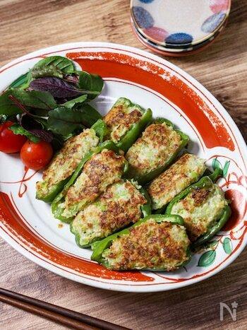 肉詰めのピーマンの中身はハンバーグに近い物が多いですが、ニラ入りの餃子だねを使うとよりカロテンがたくさん摂れる栄養たっぷりメニューになります。ビタミンBも含むニラは疲れやすいときにもうれしい野菜ですので、夏には特におすすめです。