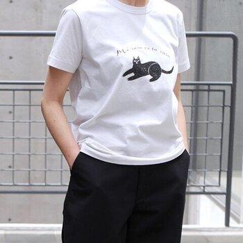 リラックス感あるクロネコの表情が印象的なプリントTシャツ。イラストと共に、「ゆっくりしていきなよ」というスペイン語のメッセージも。ブラックパンツを合わせたクールなコーデも、程よく緩んで、気分良く着こなせそうです。