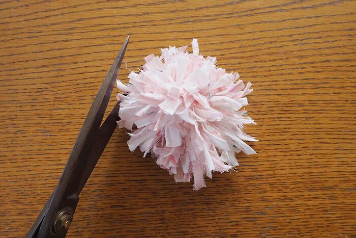 裂き布タイプは、生地を手で裂いて作ります。手縫い不要の工作感覚で作れるので、手芸が苦手な人でも失敗知らず。