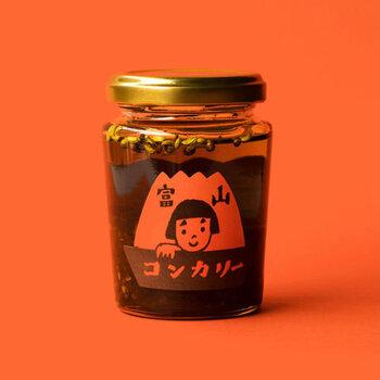 """富山の郷土料理の""""こんか鯖""""などに使われる「こんか(糠)」をベースに、富山の名産の干し柿やえごま、昆布などを加えた万能カレーオイル「富山コンカリー」。豊かなうまみとスパイシーさが特徴です。カレーに加えたり、卵かけご飯、ポテトサラダ、豚汁などにもおすすめ。"""