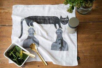 手を拭いたり、バッグの中身の目隠し用に使ったり、お弁当包みにしたり...汎用性の高いガーゼの大判ハンカチ。2人の人間の頭の上に猫が足をかけている様子がユニーク。飄々と生きる猫の姿を連想させます。