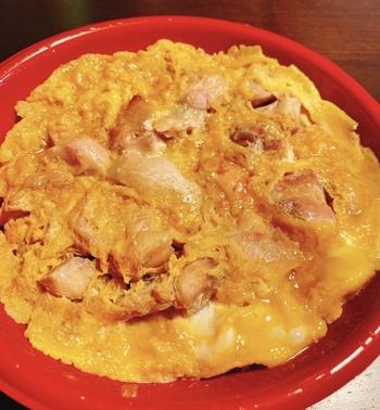 卵はしっかりめに火が通っているのが特徴。鶏肉はジューシーでしっとりやわらかく、砂糖を使わず、みりんと甘酒で甘みをプラスするのは玉ひでならでは。甘辛い味付けにごはんがすすみます。