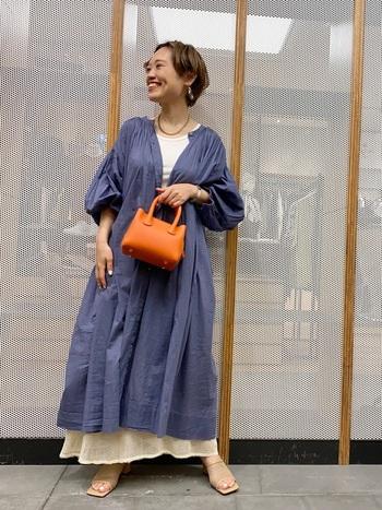 ワンピース✕スカートのレイヤードスタイルを楽しみたいときは、メッシュスカートがおすすめ。ボリュームのあるロングワンピースでも、裾から軽やかなメッシュ素材がチラ見えすることで涼しげな印象にまとまります。