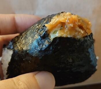「シチロカ」は、おにぎりの専門店で、秋田県産あきたこまちを羽釜とガスで炊いたごはんが評判です。極上の白米の美味しさを引き立てる具材も種類が豊富で、どれにしようか迷ってしまうほど。