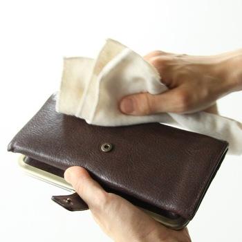 革素材の財布は、基本的には使ったら毎日お手入れするもの。乾いた柔らかなクロスで、表面の汚れを優しくふき取ってあげましょう。スエード素材の場合は、専用のブラシを使うのが◎