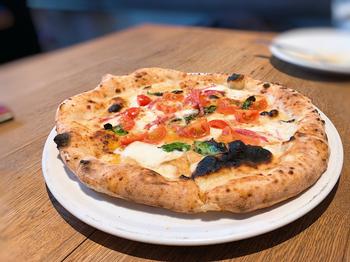 石窯で焼くピッツァは、香ばしさとモチモチの生地が抜群の美味しさ。ソースや具材の組み合わせも本場そのもので、イタリア旅行気分に浸れます。ホームパーティーなどのにおすすめです。