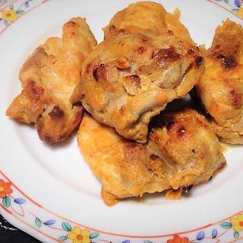 タンドリーチキンのシーズニングをヨーグルトと混ぜて肉を漬け込み、グリルやオーブンで焼きます。エスニックな味わいで本場のおいしさが簡単に楽しめるのがうれしいですね。