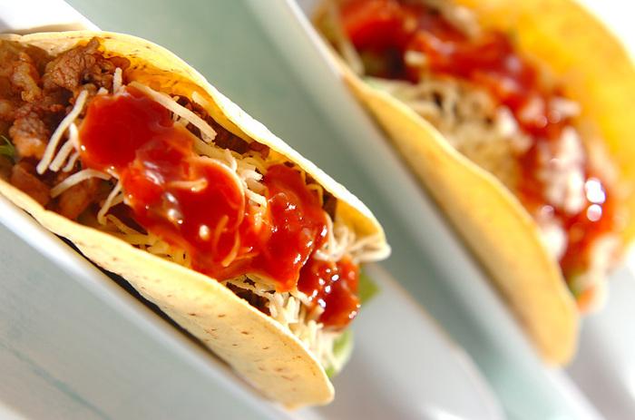 メキシコ料理のタコス。タコスシーズニングを使うと、コクのあるタコミートも簡単!トルティーヤに、野菜などの具材といっしょに挟み、サルサソースをかけていただきます。